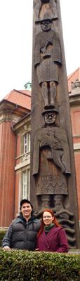 David und Sanna SevenDeers vor dem Totempfahl vor dem Völkerkundemuseum Hamburg